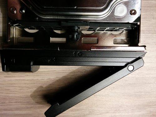 Netgear ReadyNAS 312 - Assemblage sans vis du disque dur